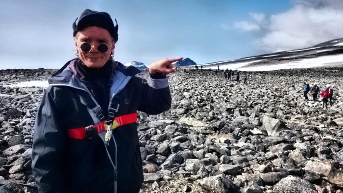 Erik peker ut veien mot Galdhøpiggen
