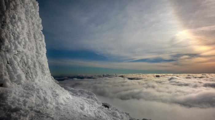 På toppen mot himmelen