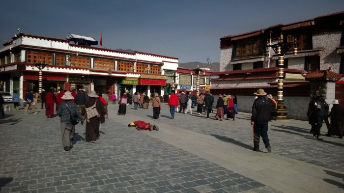Utenfor Jokhang tempel