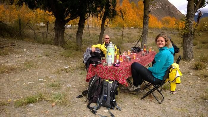 Lunch langs veikanten. På bildet syntes ikke det, men vi hadde endel nysjerrige kuer rundt bordet.