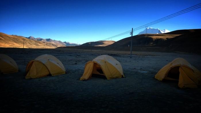En frossen camp begynner å våkne til