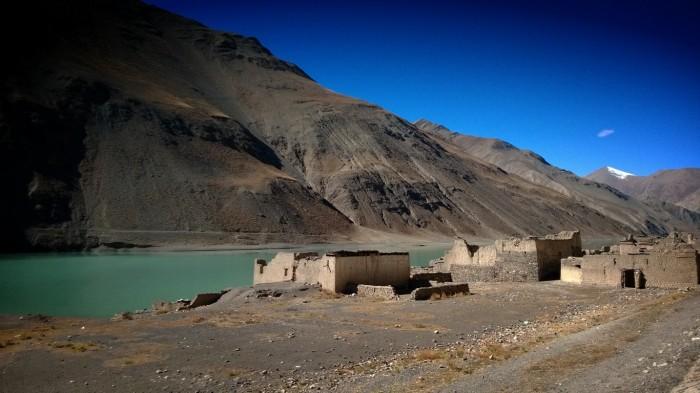 Ruiner ved en innsjø