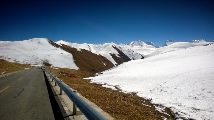 Og veien fant en plass mellom fjellene
