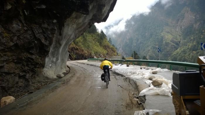 Veien slingrer seg tett på fjellet