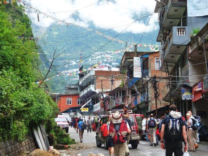 Den nepalske side av grensen ogoppe i fjelletkan man se Zhangmu, bilde fra www.panoramio.com