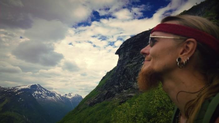 I fjellveggene ser man mange forsteinede trollansikter