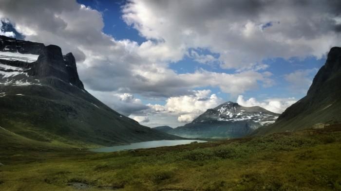 Skarfjellet til venstre med Storvatnet nedenfor