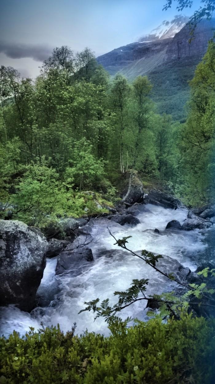 Følger vannfossen ned mot dalbunnen