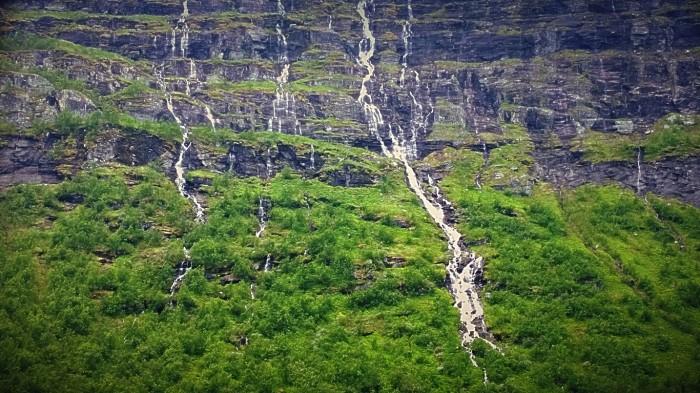 Bratte grønne og eksotiske fjellvegger