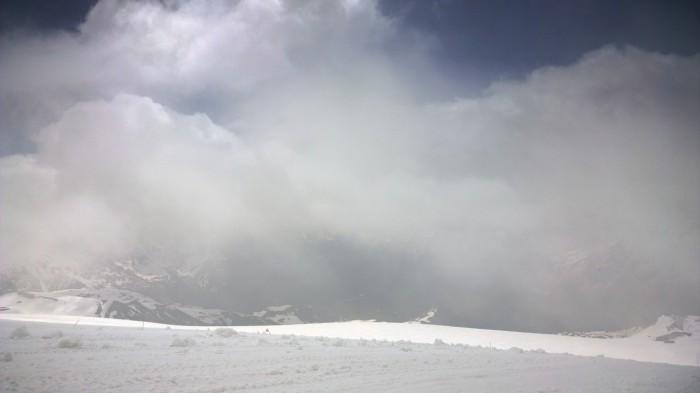 Skyene sveiper over bakken