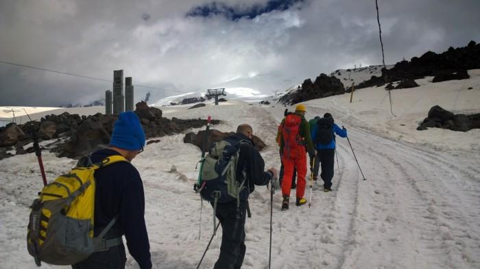 Går opp mot vår camp, noen kontainere på 3900 m.o.h.