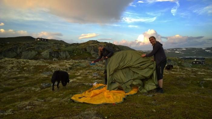 Erik og Silje prøver å finne ut av teltet..