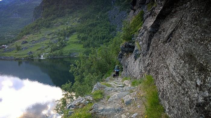 Stien balanserer på siden av fjellet