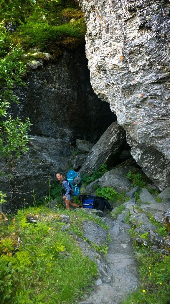 Stien åler seg rundt store steiner