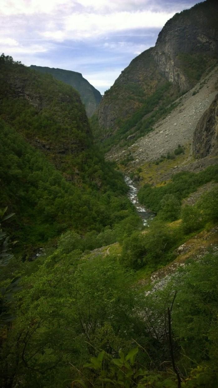 Aurlandsdalen er smal mot nordsiden