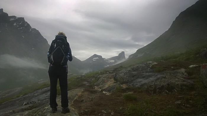 Allerede i lavt terreng har vi nydelig utsikt mot Romsdalshorn og Venjertindene
