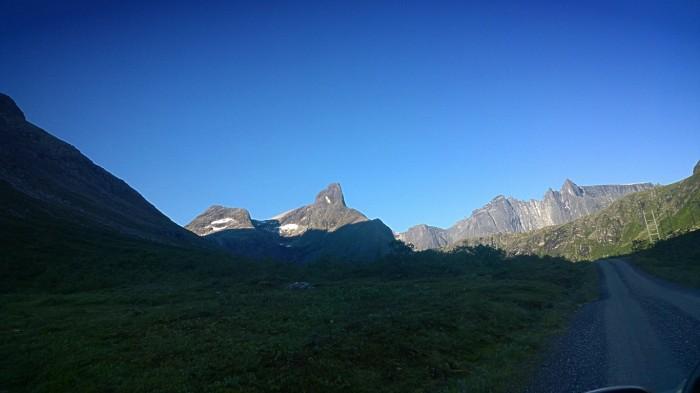 På vei inn Vengedalen med utsikt mot Romsdalshorn og Trollveggen