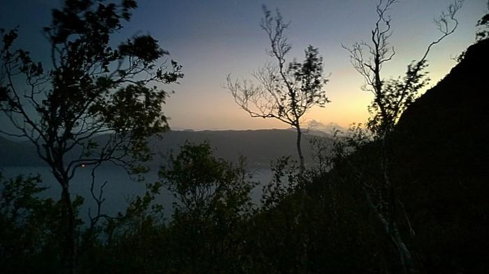 Solen er på vei ned og vi er fremdeles langt opp  på fjellsiden
