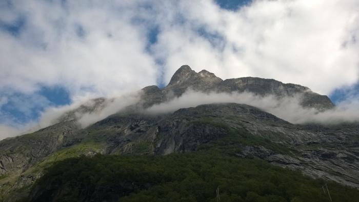 Ser opp på morgendagens mål, Romsdalshorn (bilde av Erik)