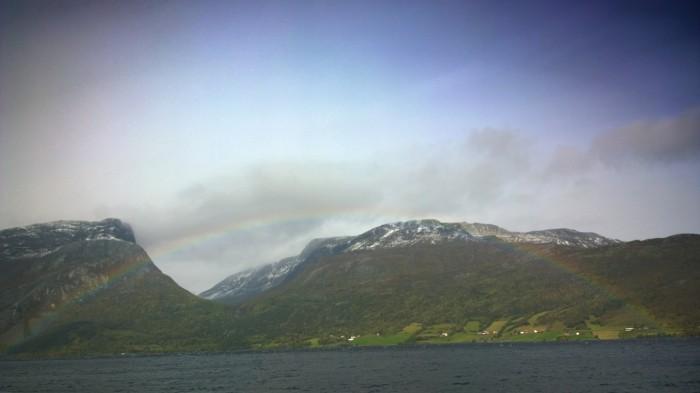 Mer regnbue på vei opp i fjellet