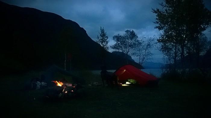 En herlig teltplass med bål