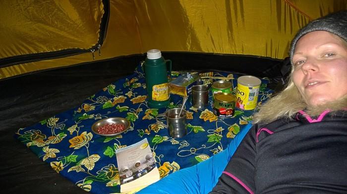 Med dårlig vær utenfor ble det bok og mys i teltet