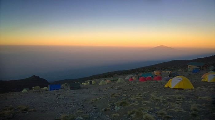 Soloppgang over Karanga camp og langt der borte er Meru