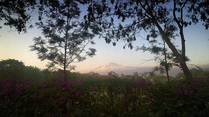Utsikt overKilimanajaro i solnedgang fra Franzis nabolag