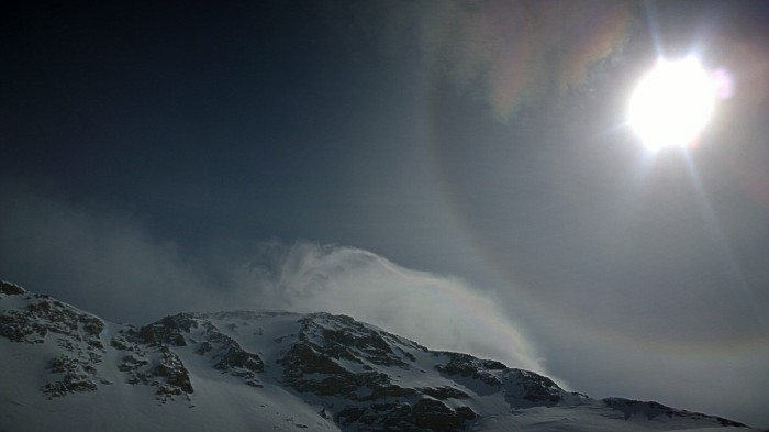 Ser på hvordan skyene blåser rundt toppen av Denali