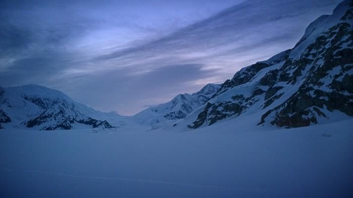 Solen begynner komme opp over Kahiltna glacier