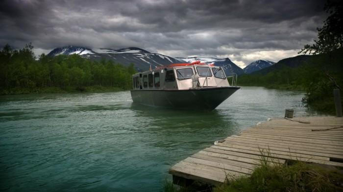 Båten henter oss